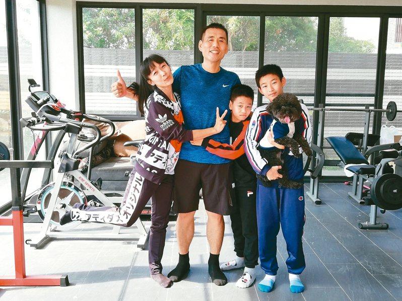嘉義市民謝志成(左二)在家人鼓勵下瘦身,化身為型男。 圖/謝志成提供
