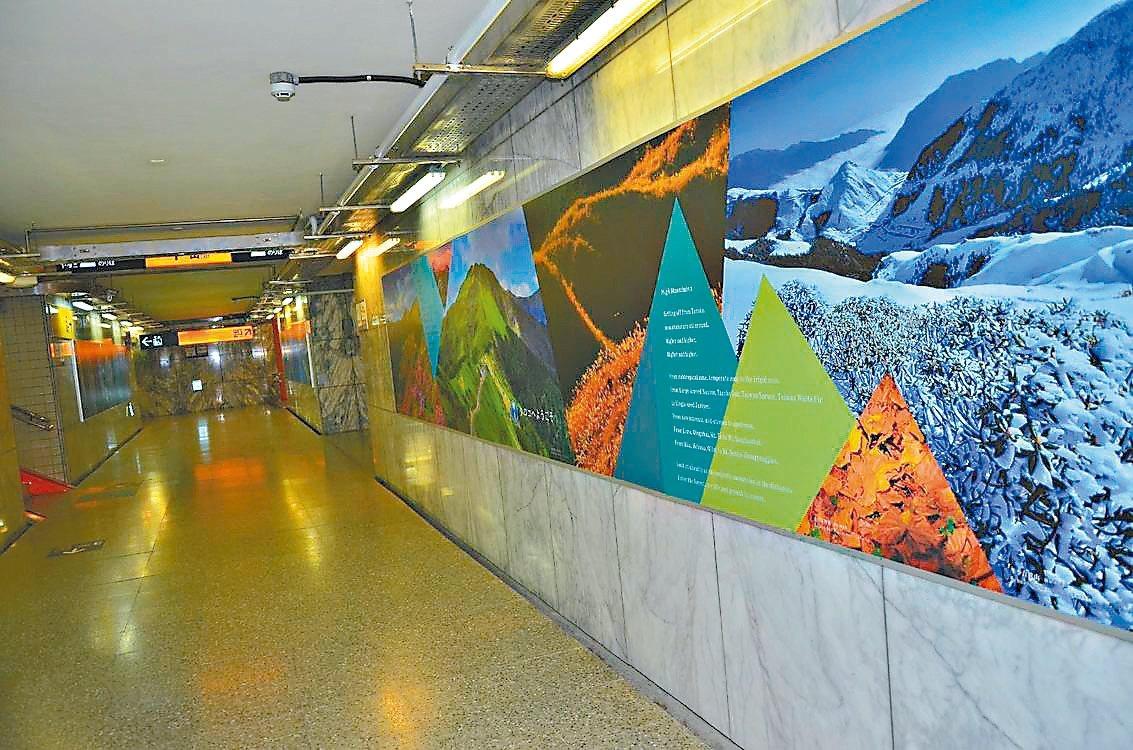 太魯閣國家公園管理處與台鐵新城站合作,在花蓮新城火車站大廳牆面呈現海崖、峽谷、高...