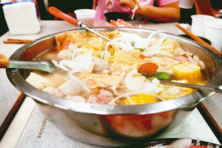 吃火鍋可先煮青菜、喝湯,一旦燙過肉品、煮過火鍋料,就不要再喝湯。 本報資料照片