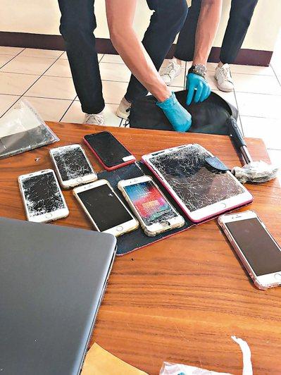 嫌犯在警方攻堅時,持榔頭敲毀平板和手機。 圖/刑事局提供
