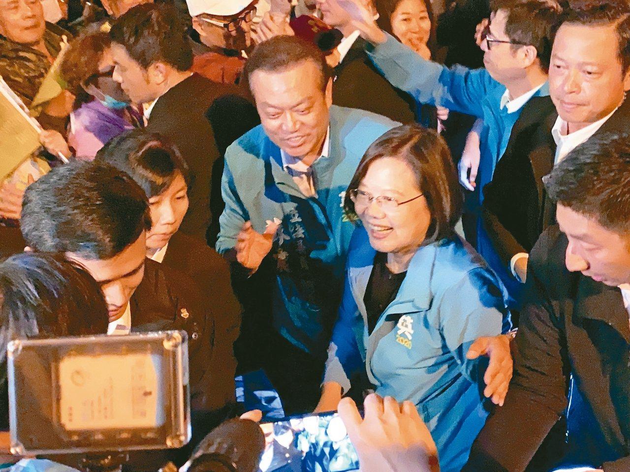 蔡英文總統昨晚返回故鄉屏東,為立委蘇震清(左三)站台,強調「總統的故鄉不能輸」。...