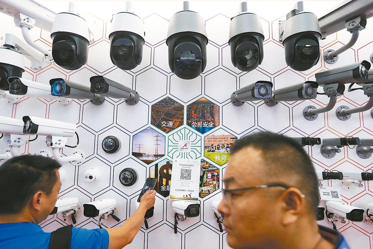 大陸是人臉識別和監控技術發展和運用最快的國家,圖為今年深圳公共安全博覽會展示由華...