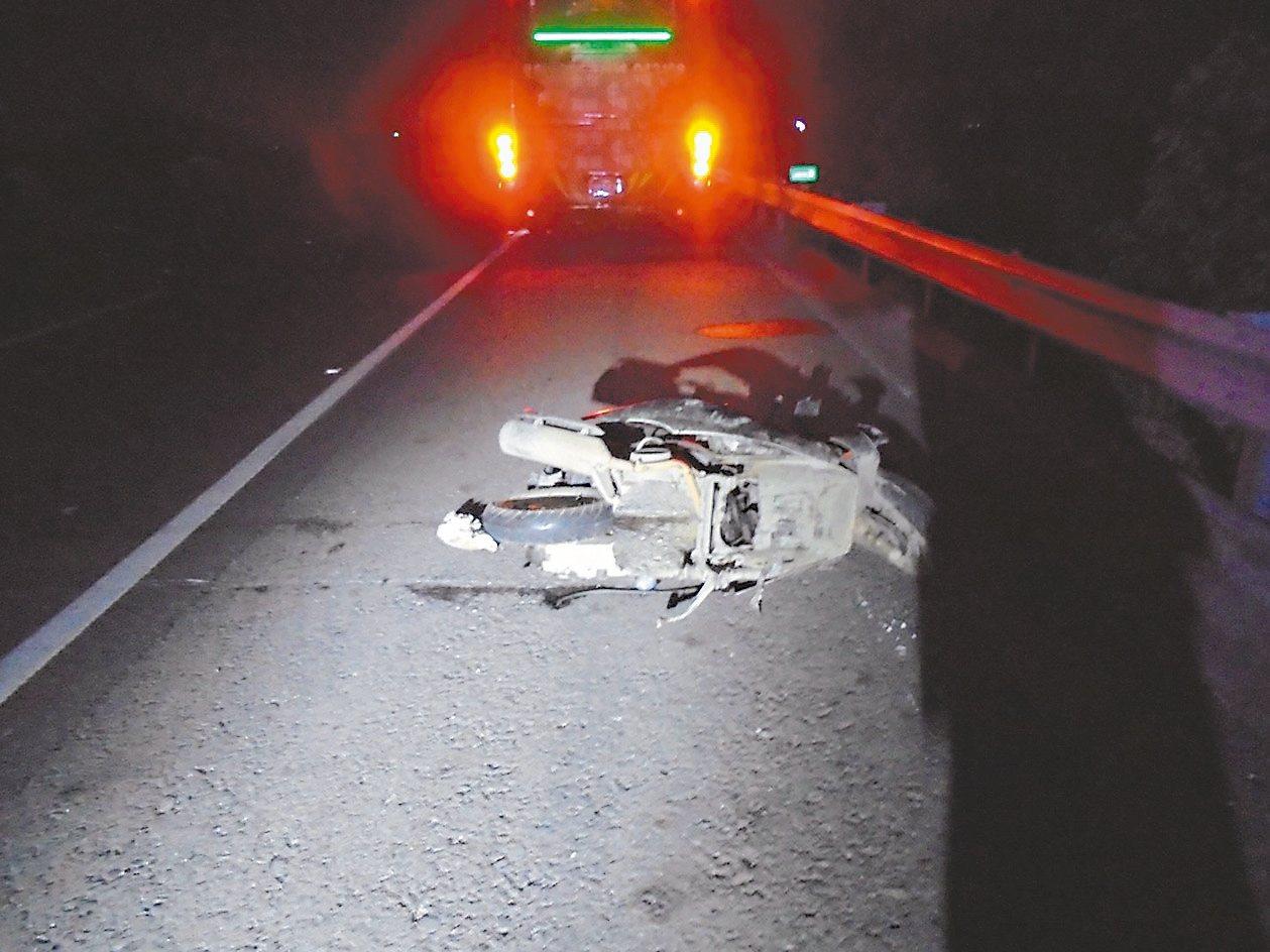 五十九歲楊姓男子昨天騎機車逆向誤闖國道一號,接連遭三輛車撞擊當場死亡。 圖/讀者...