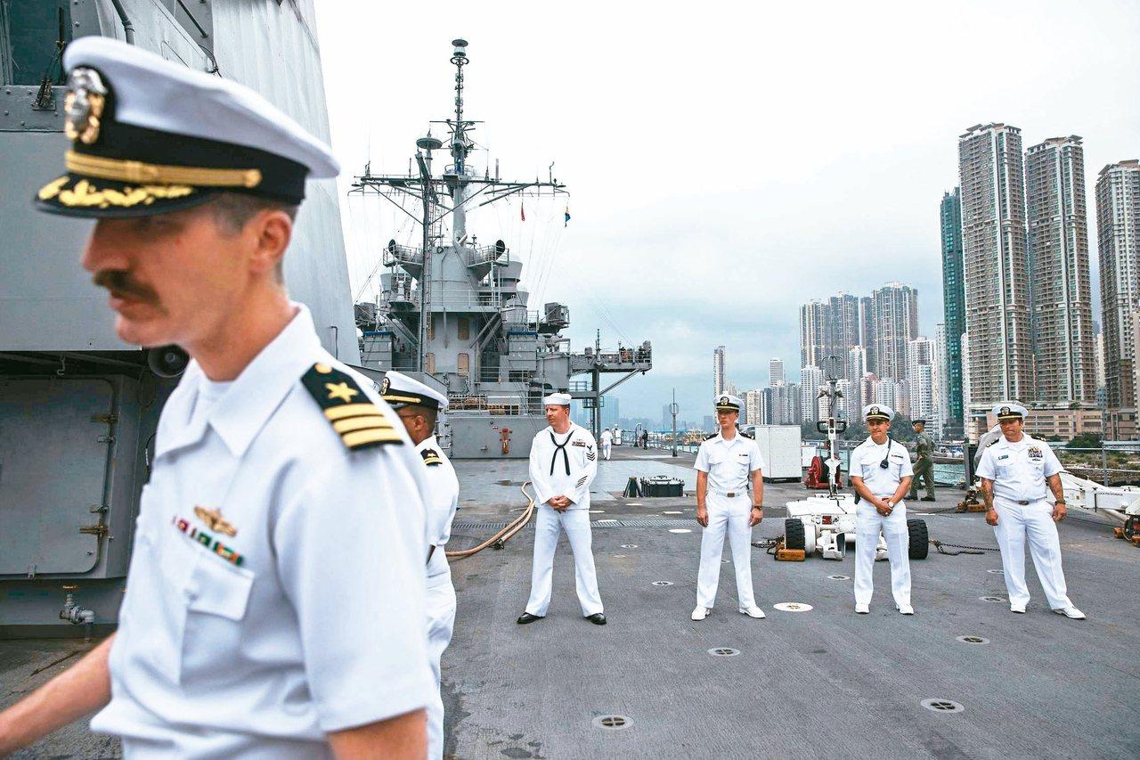 大陸當局二日宣布暫停審批美軍軍艦停靠香港的申請,報復美國通過香港人權法案。圖為美...