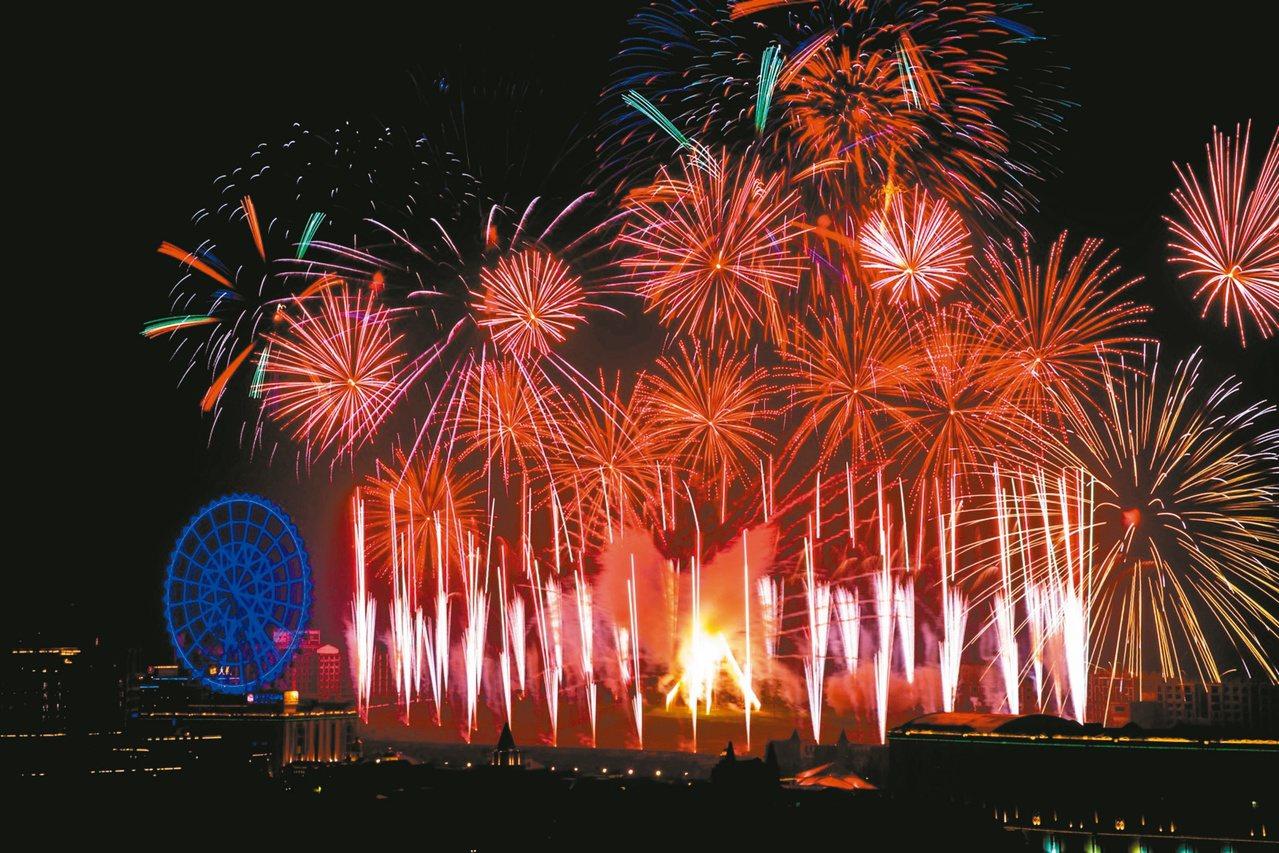 義大世界跨年煙火秀將施放全台跨年史上最多數量的12吋尺玉煙火。 圖/義大提供