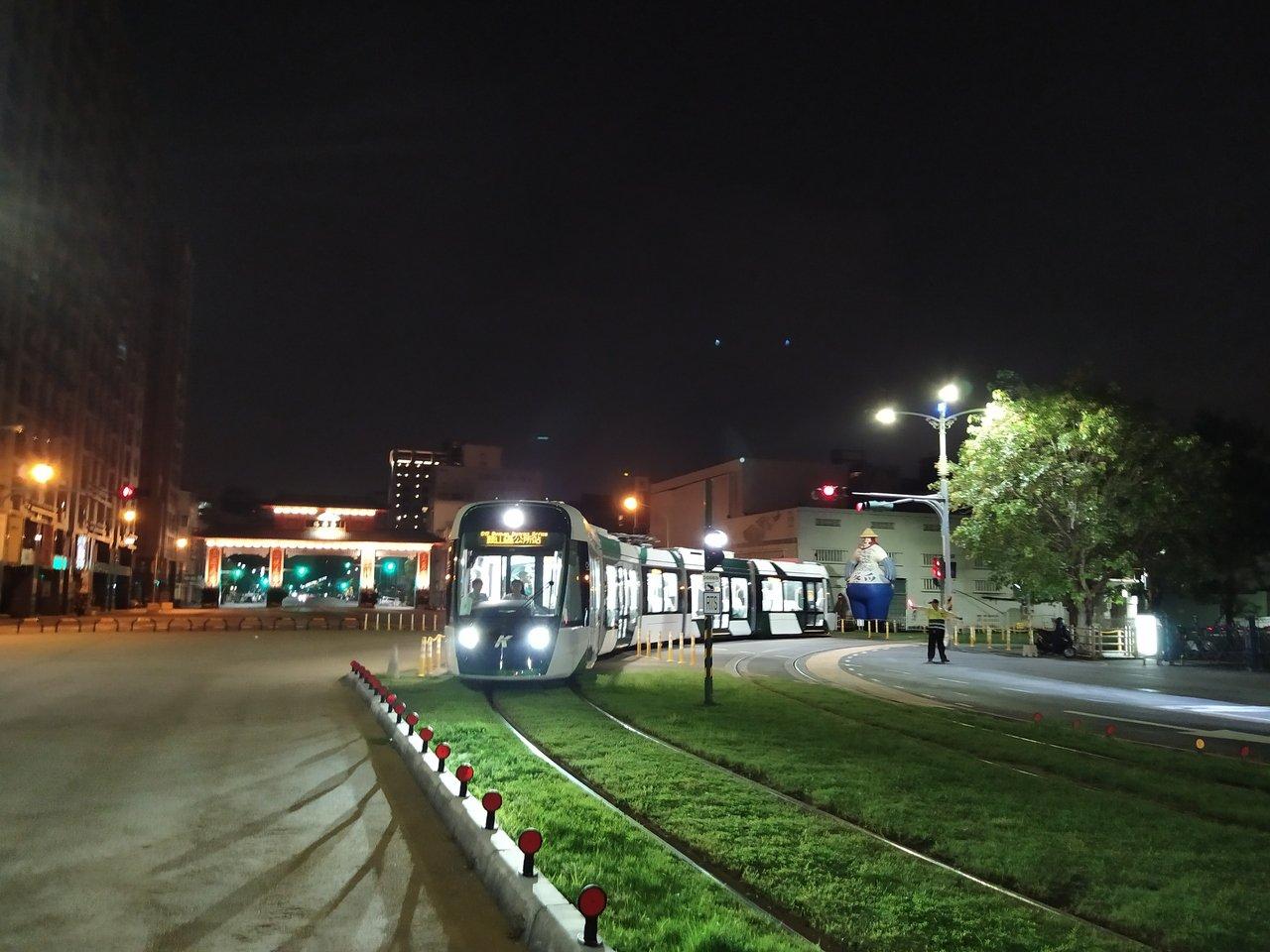 高雄二階輕軌列車在軌道上測試運轉。 圖/高雄市捷運局提供