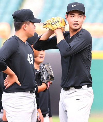 北科附工強投陳柏毓(右)昨在青棒訓練營中,進行投球練習。 記者侯永全/攝影