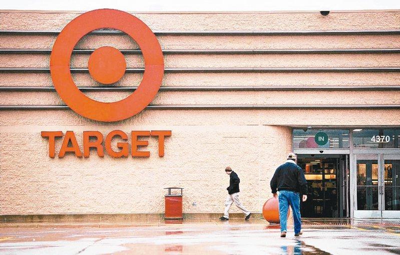美國零售業者因應客流量改變,紛紛調度門市員工從事網購相關工作。 彭博資訊