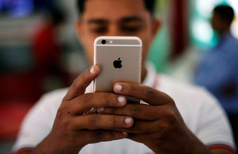 分析師預估明年蘋果iPhone出貨量分別達2.05~2.1億支、2.2~2.5億支。 路透