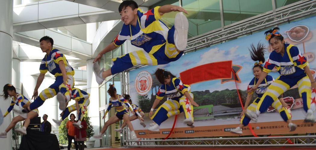 中華醫事科大競技啦啦隊演出。  陳慧明 攝影