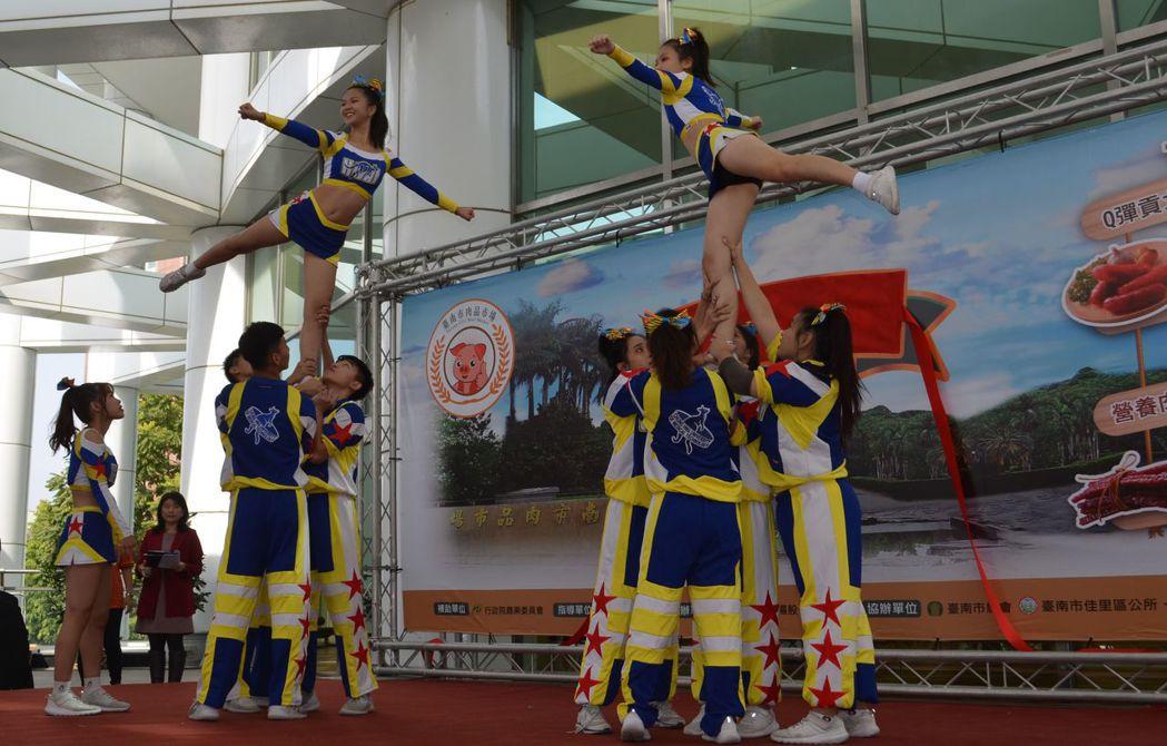 華醫科大啦啦隊精彩的表演為活動揭開序幕。  陳慧明 攝影