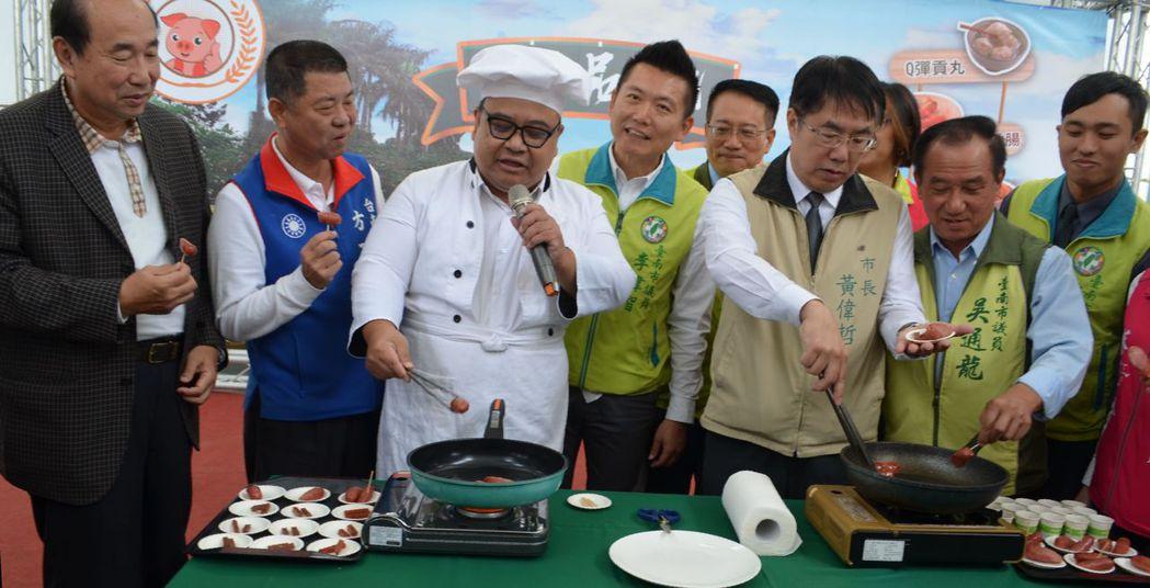 黃偉哲市長煎烤香腸。  陳慧明 攝影