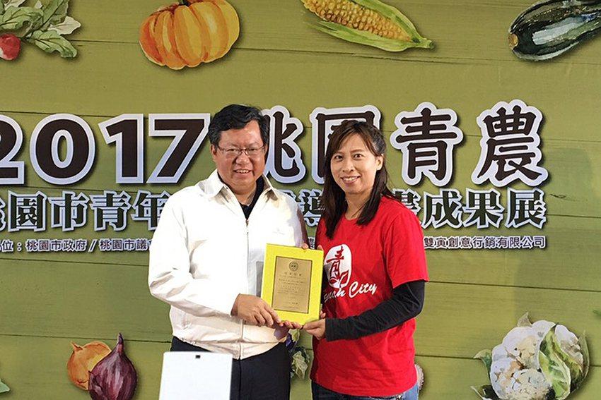 百大青農成果展葉芷妘(右)與桃園市長鄭文燦。 桃園市政府青年事務局/提供
