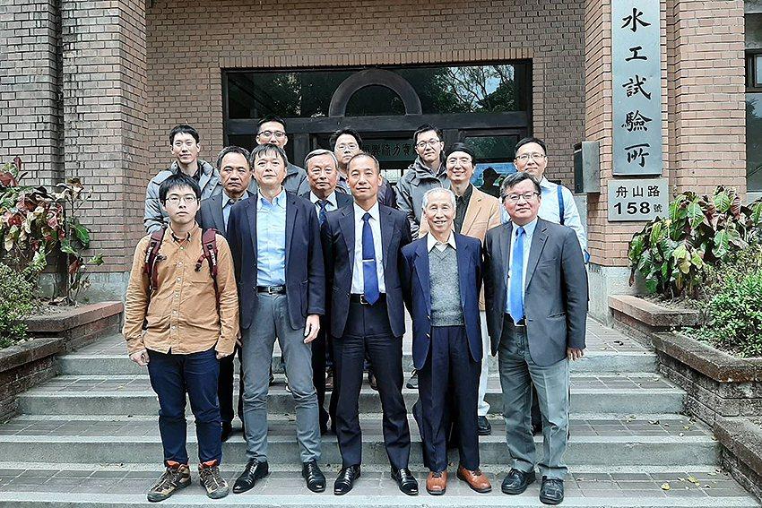 與會人員合照於台灣大學水工試驗所前。 中興工程科技研究發展基金會/提供