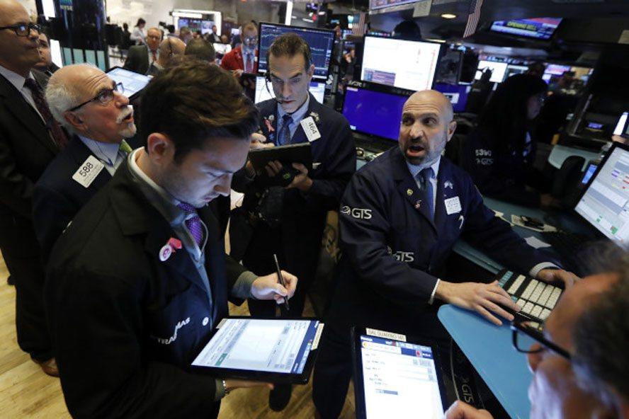 面對令人失望的製造業數據以及最新的貿易進展,美國股市在12月第一個交易日下跌。(...