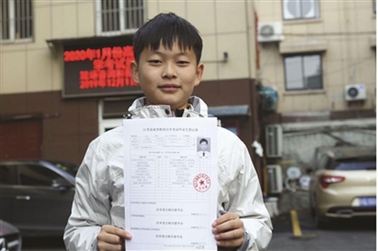 南京男孩何宜德3歲時在美國紐約雪地裡裸體跑步走紅,人稱「裸跑弟」,現年11歲的他...