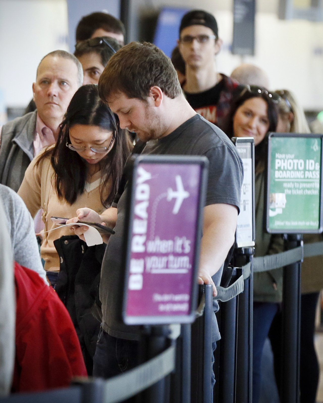 明年10月1日起,美國各航空公司將要求旅客出示全真身分證,或可驗證身分的合法文件...