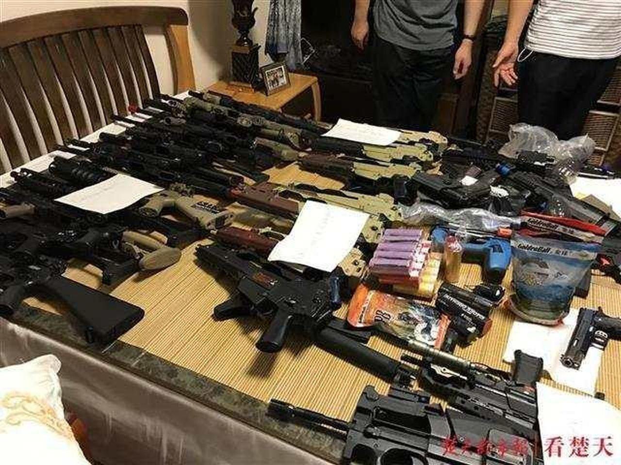 武漢海關收繳的各類槍枝及槍枝核心配件。圖/取自楚天都市報