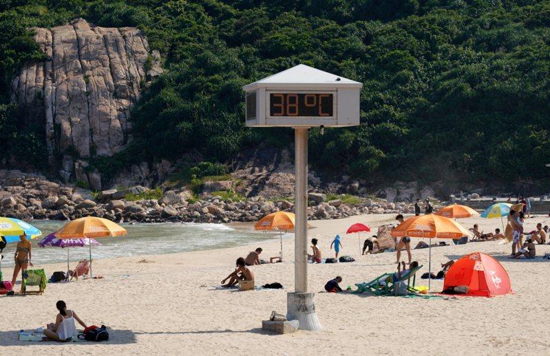 WMO發表報告指出,今年以來全球氣溫較工業革命前均溫高出攝氏1.1度。圖為香港海邊測到的氣溫。 中通社