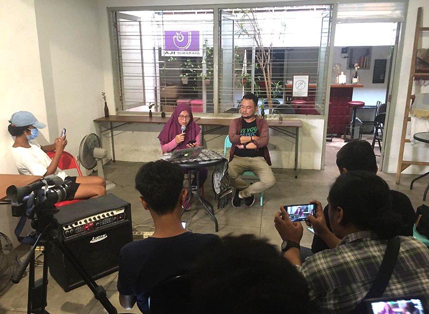 印尼移工尤麗(持麥克風者)2日遭港府以簽證逾期為由遣返。她3日召開記者會指出,她...