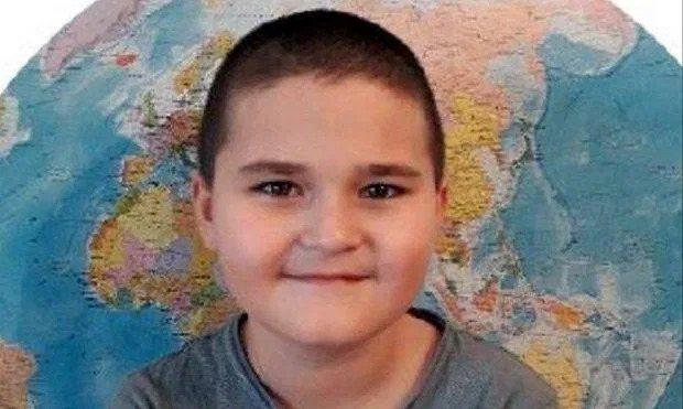 9歲的大衛當日嘴巴塞滿異物,他先被媽媽按住,然後遭爸爸及教友用皮鞭來回抽打,最後...