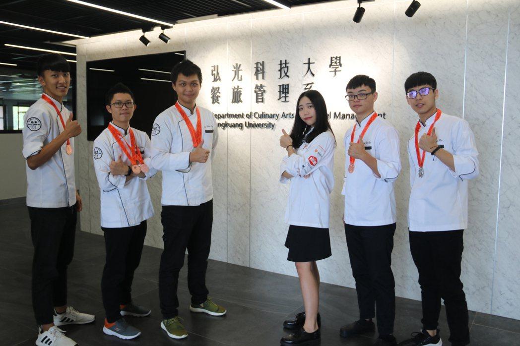 弘光學生參加FHC國際烹調賽,老師跨海指導奪3銀4銅。 弘光科大/提供。