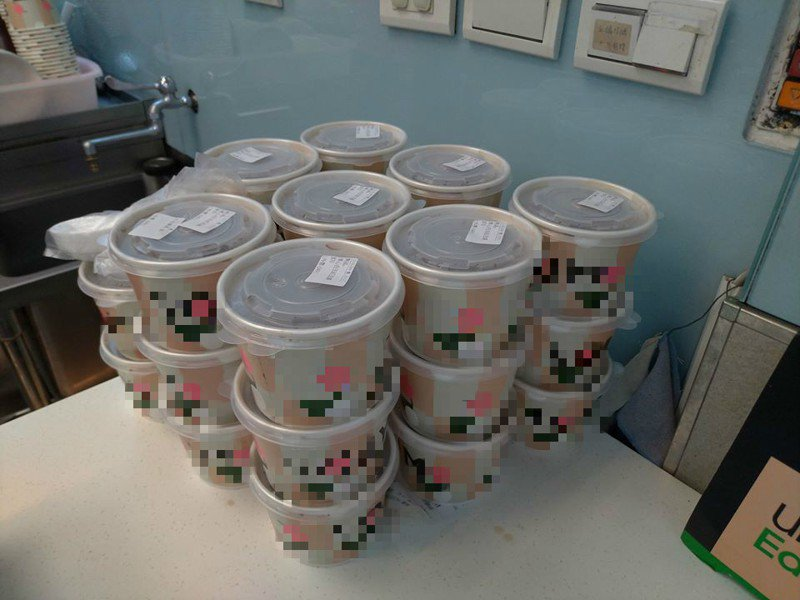 一名外送員分享自己去送餐時,遇到同行也送同一間店,該夥伴看到訂單26碗,客人卻沒加購塑膠袋,秒棄單走人。圖/取自<a href=