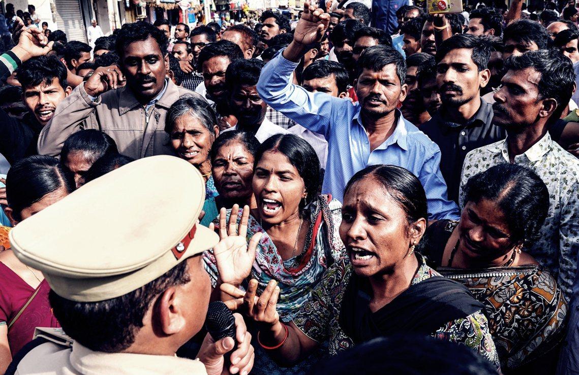 上週在印度大城海德拉巴,一位27歲獸醫被4名男子輪暴殺害,雖然嫌犯已被逮捕,但慘...