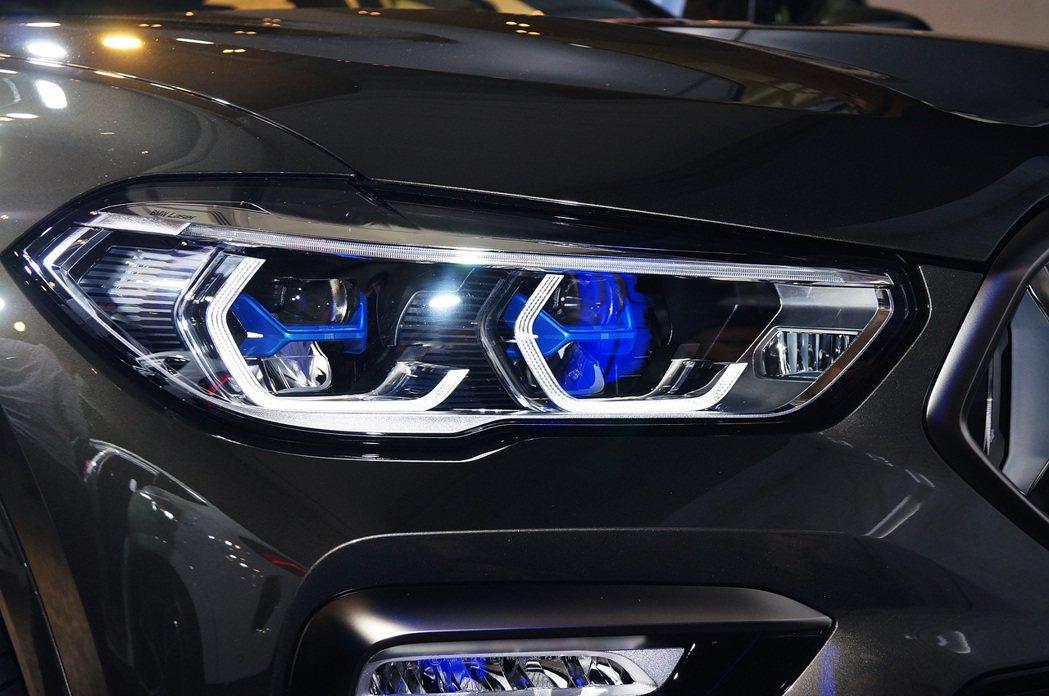 X6全車系標配Glare-Free光型變化功能的智慧LED頭燈,可選配湛藍色X字...