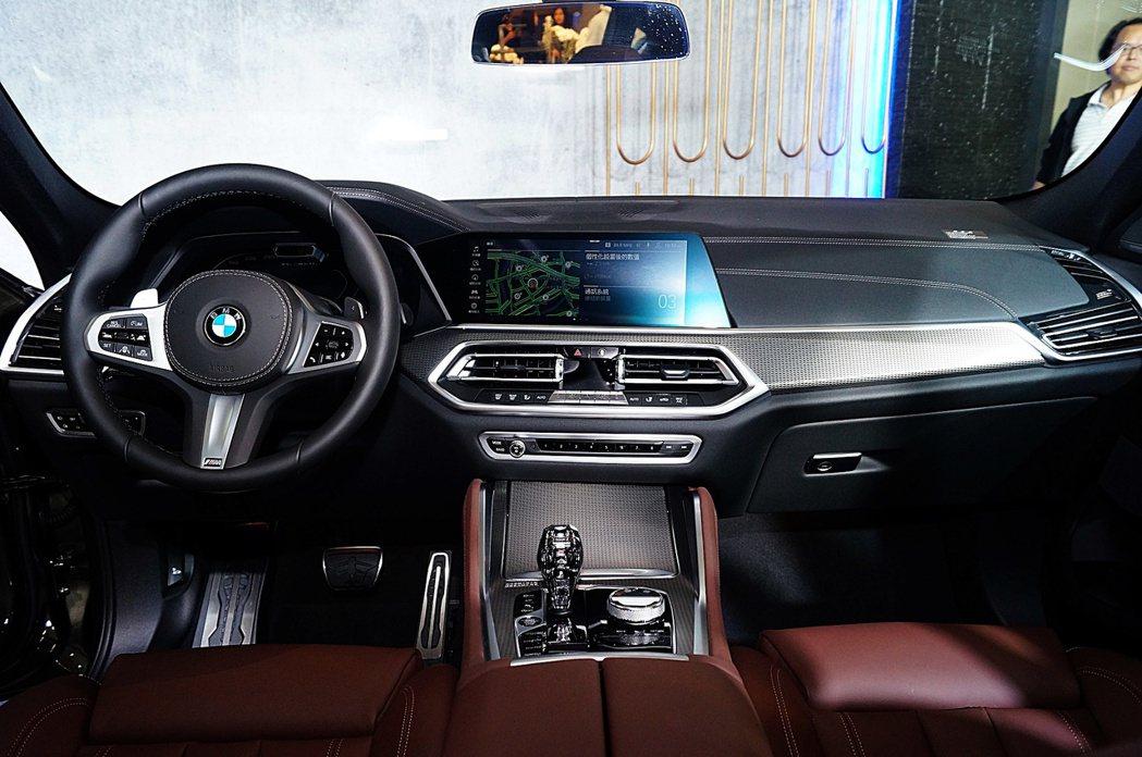 BMW新世代的家族內裝,搭配虛擬座艙與BMW ConnectedDrive互聯駕...