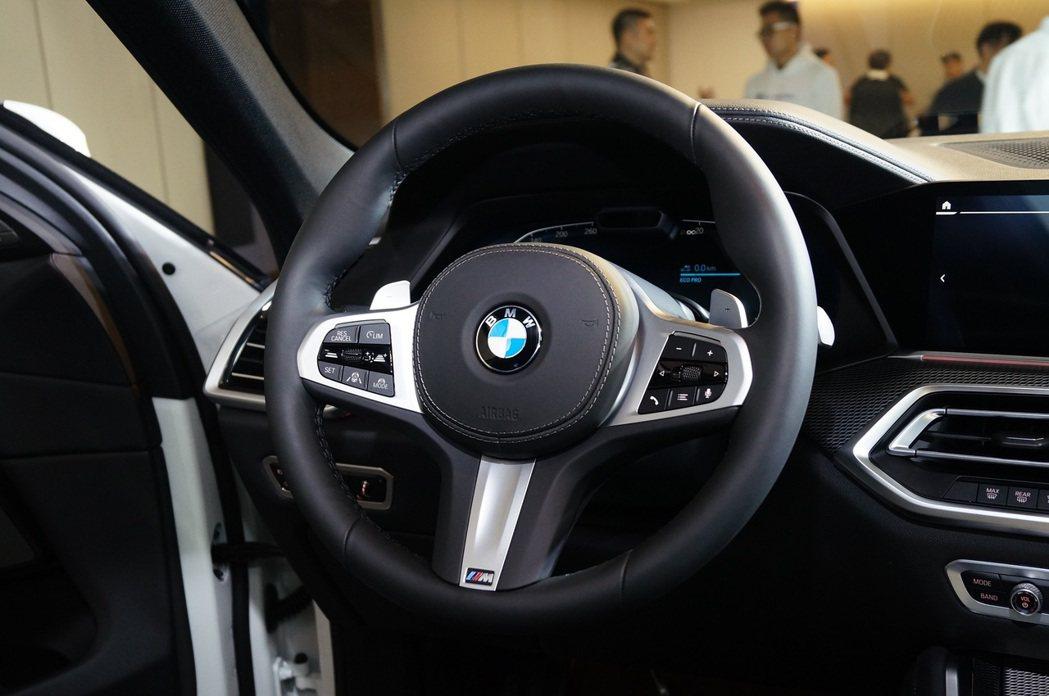 握感相當厚實的M款跑車方向盤。 記者趙駿宏/攝影