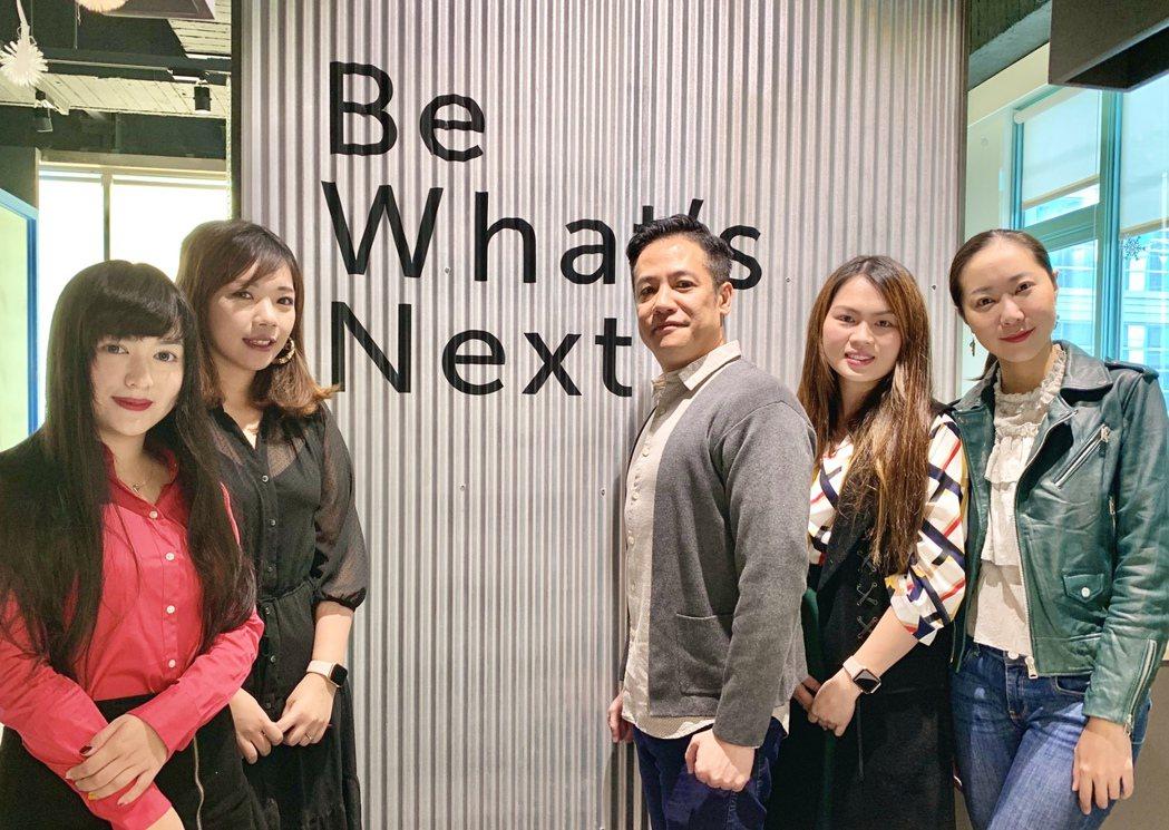 蓋亞資訊執行長吳炳鈞(中)指出,台灣企業走向國際雲端是必然的趨勢,而蓋亞將持續與...