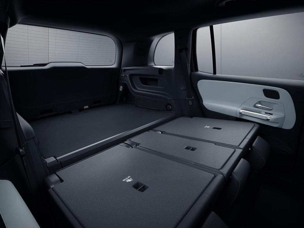 Mercedes-Benz GLB 後座可全部傾倒提升行李廂的空間。 摘自Mer...