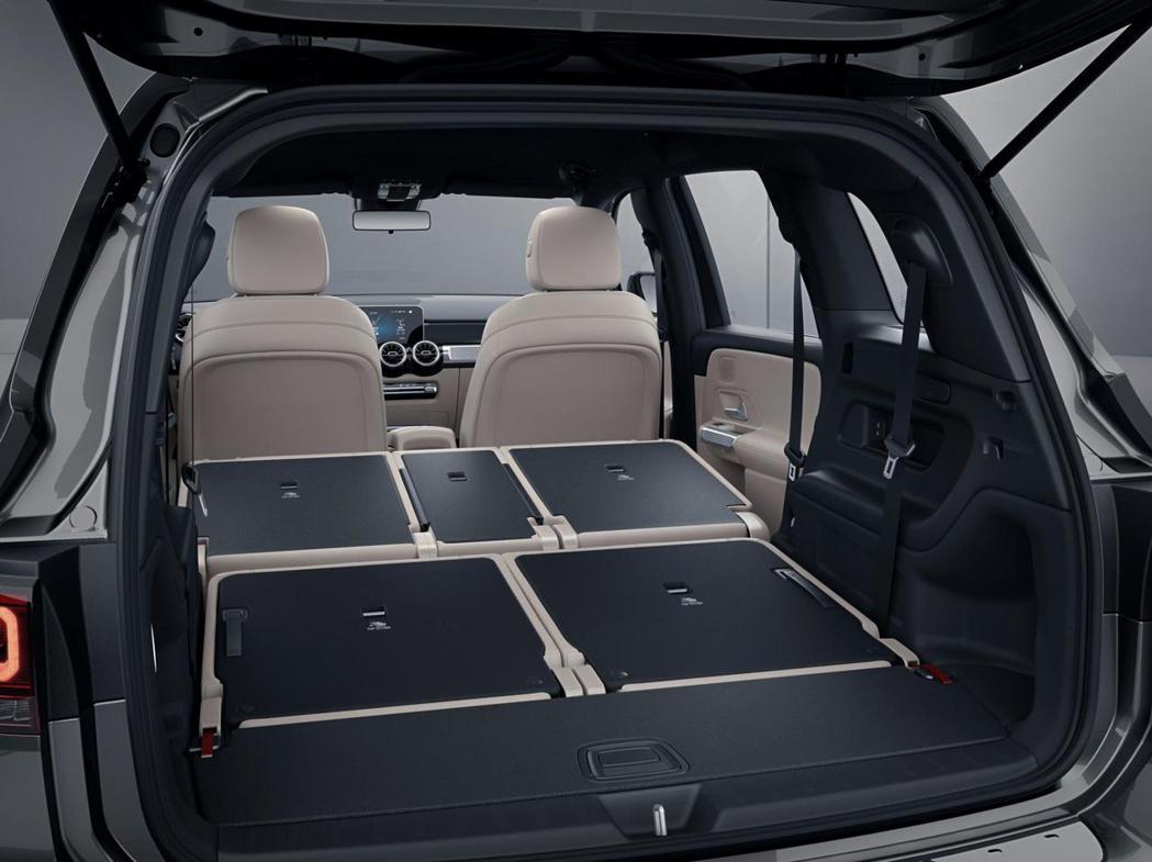 即便使七人座的車型,也能將二、三排座椅全數傾倒增加行李箱的收納空間。 摘自Mer...