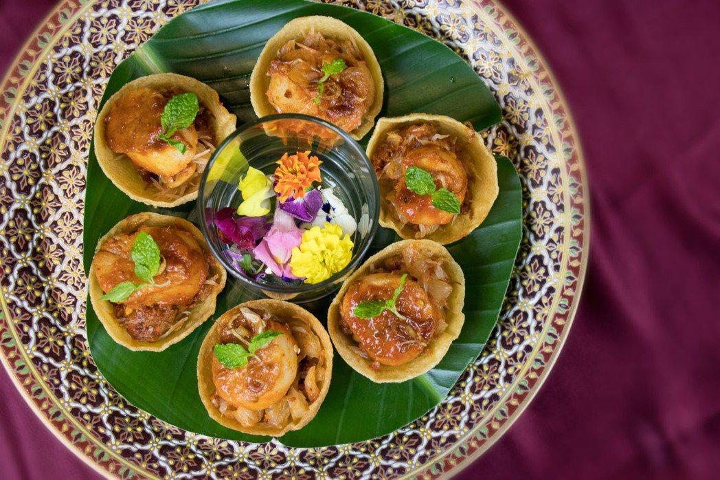 干貝柚子沙拉源自泰國中部的料理手法,微鹹鮮香的干貝口感紮實,能吃到特有的海洋鮮味...