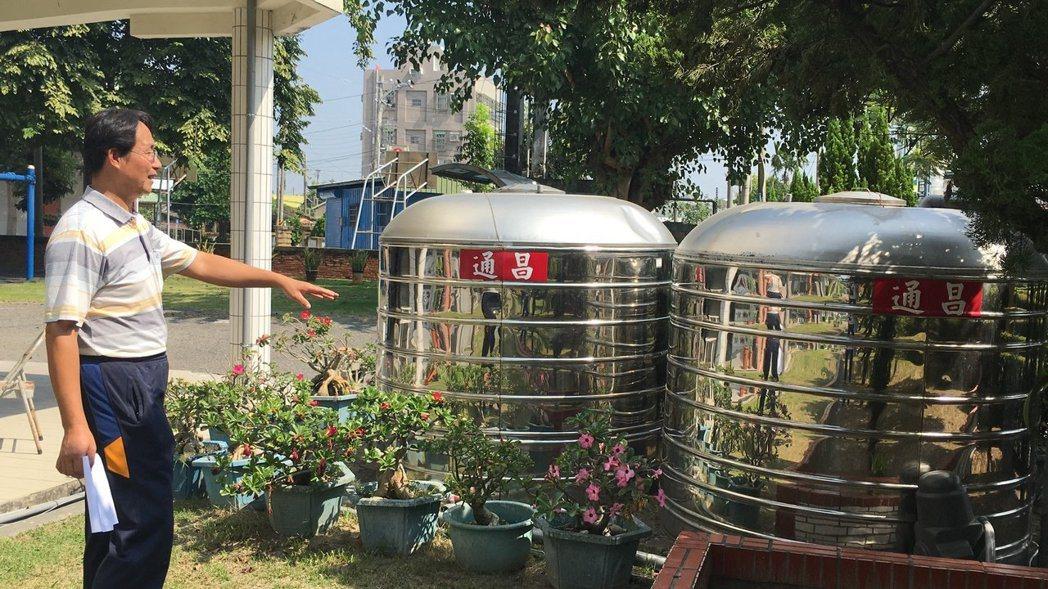 台南學甲區頂洲國小校長賴榮俊堪稱「交換達人」,校園的不鏽鋼水塔等許多設備,都是透...