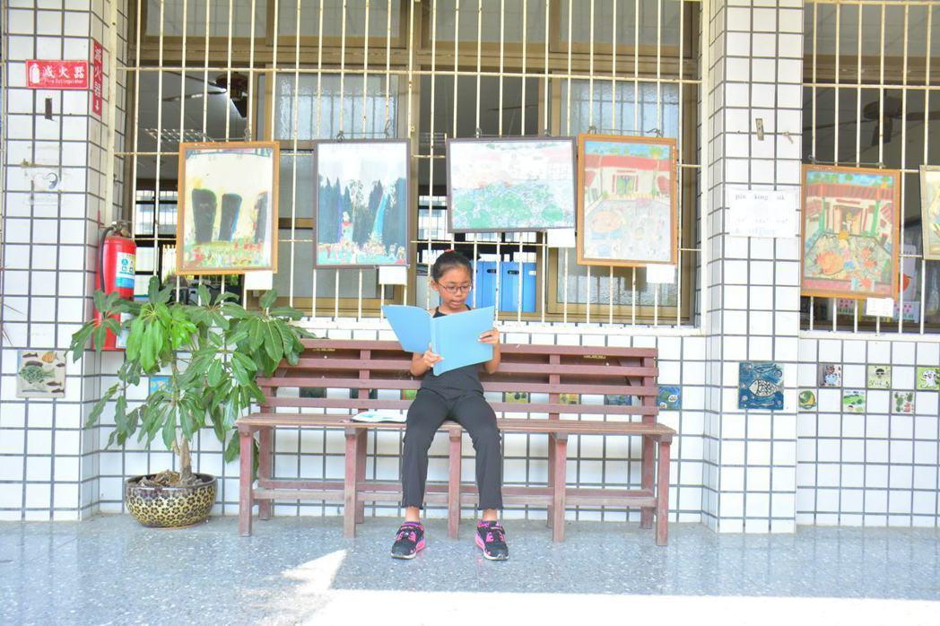 台南學甲區頂洲國小走廊上的長椅都是透過網路交換平台,來自其他學校。 記者吳淑玲/...