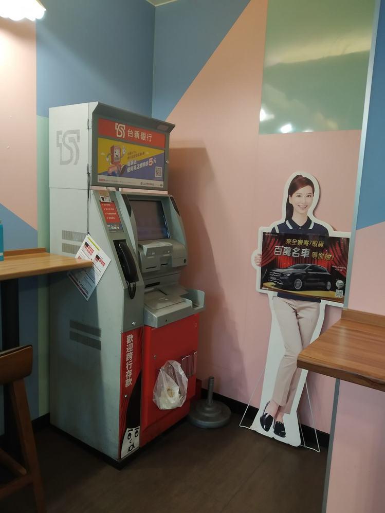 一名網友在超商看見店員,用店內的ATM直接將營業收入存入,讓這名網友看到後直呼「...