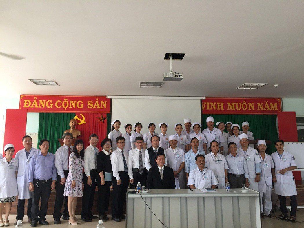 高雄榮總國際醫療團前往越南保祿醫院參訪。 高雄榮總/提供。