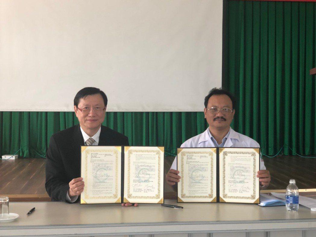 高雄榮總院長劉俊鵬(左)代表院方與保祿醫院簽署MOU。 高雄榮總/提供。