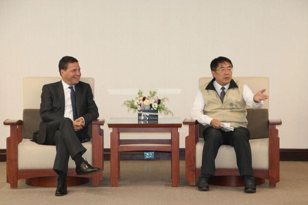 微軟全球資深副總裁Alain Crozier記者會前拜訪黃偉哲市長。 臺南市研考...