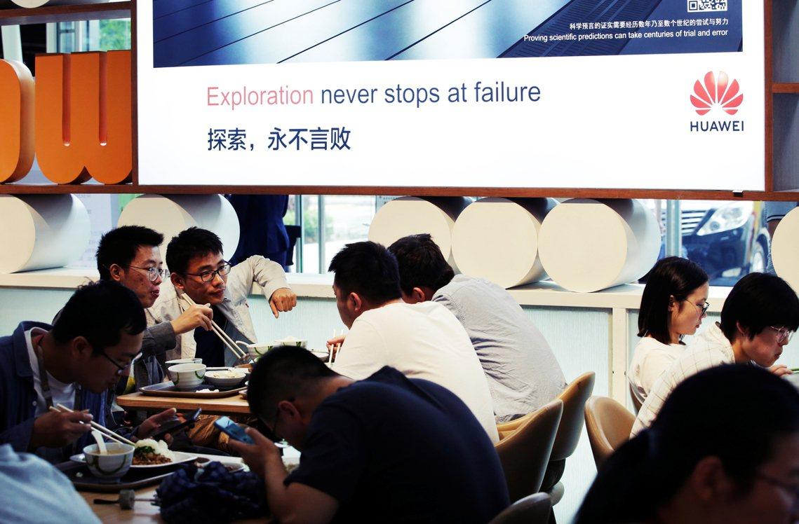 「出身985、工作996、離職251、發帖404」。圖為2019年華為深圳總部員...