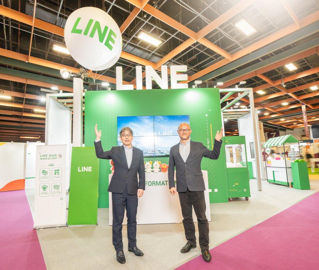 LINE Bank籌備處執行長黃以孟(左)與 LINE Financial台灣董...