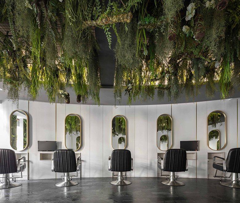 略顯橢圓形的座位設計,創造互不干擾的舒適感,黑色皮革單椅與金色框鏡的搭配也深具質...