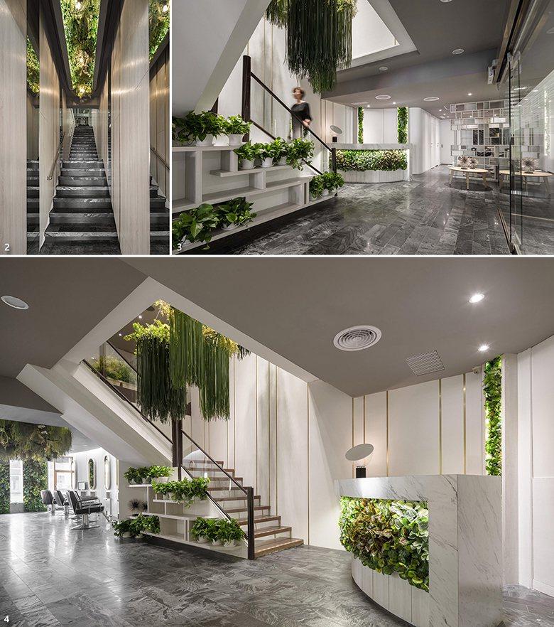 圖1. 一樓通向二樓的樓梯動線,沿途牆面運用淺色木皮與鏡面穿插,呼應上方植栽天花...