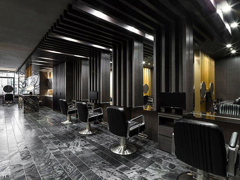 九十度自天花板轉折至牆面的立體格柵造型,不只展現精緻度,也成為設計師安定空間的靈...