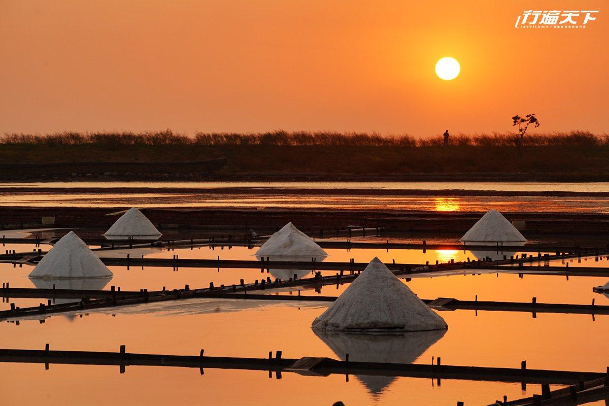 夕陽與瓦盤鹽田,交織出一幅美麗如畫的風景。
