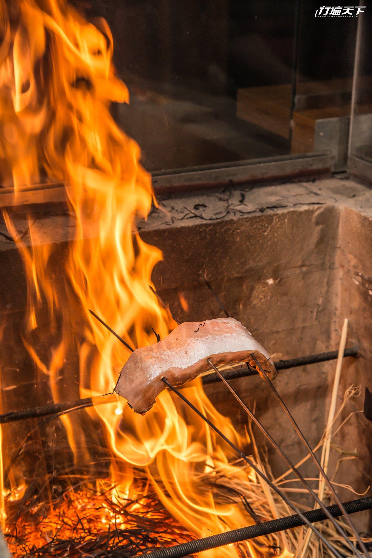 使用無農藥稻草,燃起的大火包覆新鮮魚肉,充滿煙燻稻草香氣。
