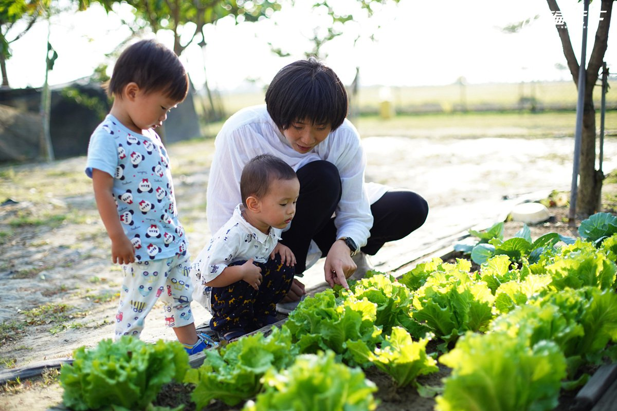 徐麗敏帶著孩子親近土地、農田,也透過體驗遊程,與遊客分享農漁村生活。