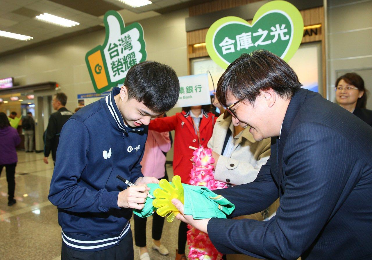 林昀儒(左)昨天回台,合庫許多人到松山機場接機,現場替粉絲簽名。 記者余承翰/攝...